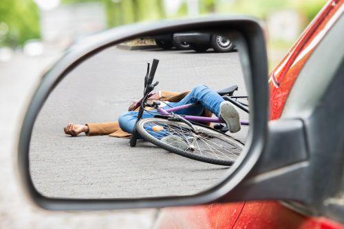 achteruitkijkspiegel die uitkijkt op gevallen fietser