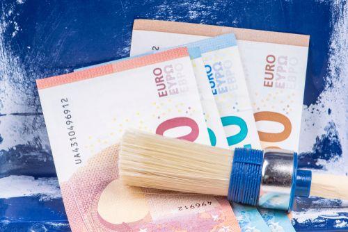 vier eurobiljetten met een schilderskwast