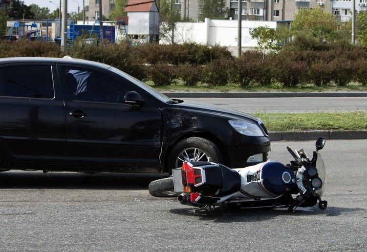 motor ligt op de weg na aanrijding met auto