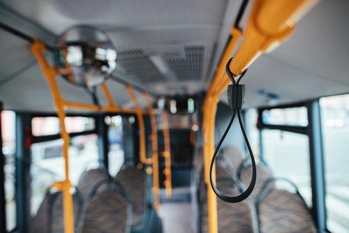 het interieur van een bus met een veiligheidslus op de voorgrond