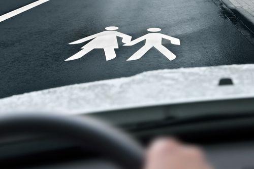 afbeelding van overstekende voetgangers op het wegdek geschilderd